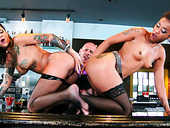 Tattooed Gals Bonnie Rotten & Skin Diamond Fuck Each Other With A Double Dildo