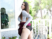 Sexually Charged Hottie Brooklyn Chase Shows Her Super Juicy Punani