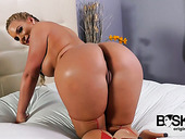 Juggy And Bootyful Babe Phoenix Marie Shows Off Her Charming Shaved Pussy