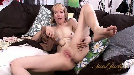 Mature Bitch Shows Cunt