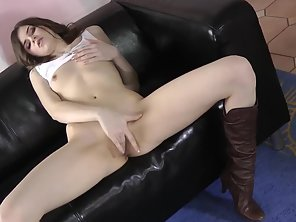 Bubble Ass Chick Masturbates Herself On Couch