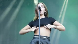 Tove Lo – Boobs Flash (normal Speed And Slow Motion)